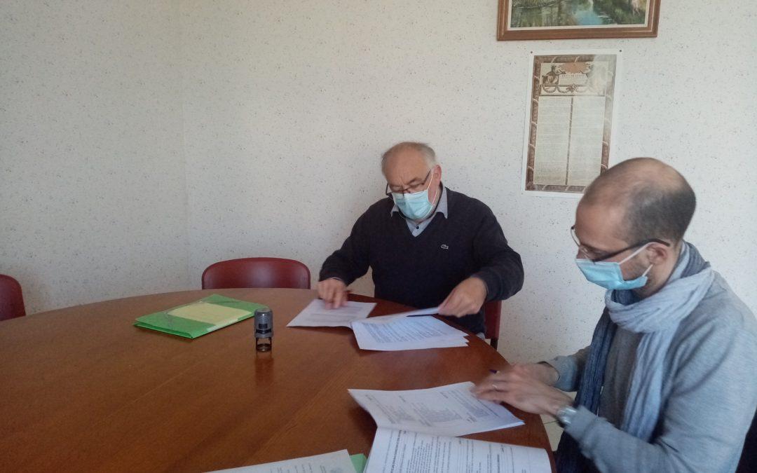 Signature d'une convention pour un projet d'ombrières photovoltaïques à Poursay-Garnaud (17)